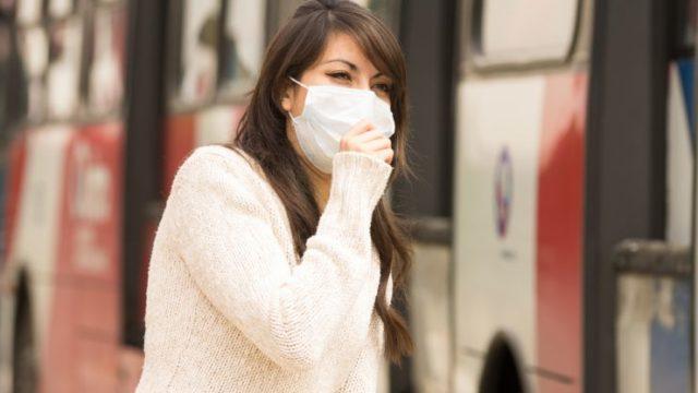 街中でマスクをしている女性の画像